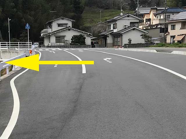 ④右手にあります神宮寺を過ぎて突き当たりを左折