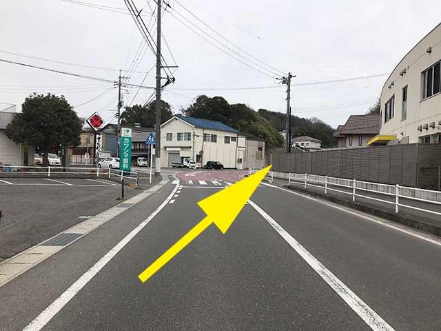 ③オレンジ色の道路に沿ってカーブ右手
